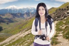妇女和数字照相机与土坎 免版税库存照片
