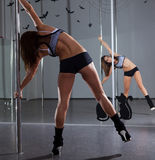 妇女和杆舞蹈 库存照片