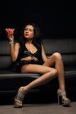 妇女和樱桃鸡尾酒 免版税图库摄影