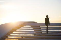妇女和海 免版税库存照片
