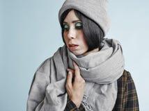 妇女和温暖的衣裳 免版税库存图片