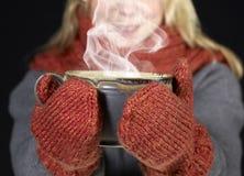 妇女和热的杯子 免版税库存照片