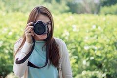 妇女和照相机 免版税库存照片