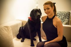 妇女和狗在长沙发 库存图片
