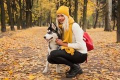 妇女和狗多壳室外 库存图片