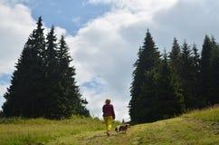 妇女和狗远足 免版税库存图片