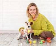 妇女和狗颜色复活节彩蛋 免版税库存照片