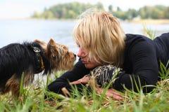 妇女和狗 免版税图库摄影