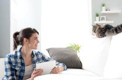 妇女和猫在客厅 免版税库存图片