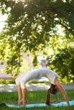 妇女和瑜伽 库存照片