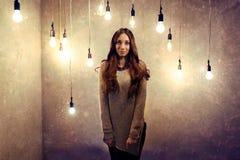 妇女和电灯泡 免版税库存照片