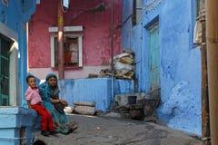 妇女和男孩乔德普尔城蓝色街道的 免版税库存照片