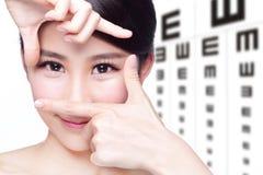 妇女和眼睛测试图 库存图片