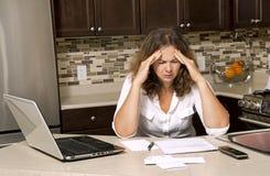 妇女和票据 免版税库存图片