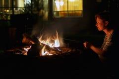 妇女和篝火在晚上 免版税图库摄影