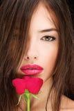 妇女和红色玫瑰 免版税库存照片