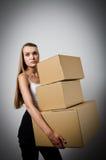妇女和纸板 免版税库存照片
