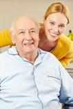 妇女和老人微笑 免版税库存图片
