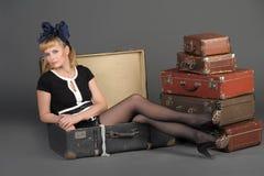妇女和老手提箱 库存照片