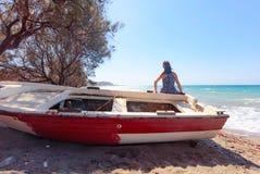 妇女和老渔船 库存图片