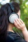 妇女和耳机 免版税库存照片