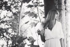 妇女和自然 图库摄影