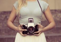 妇女和葡萄酒照相机 库存照片