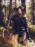 妇女和蘑菇篮子 免版税库存图片