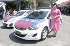 妇女和警车 免版税库存照片