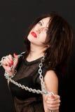 妇女和钢链子 库存图片
