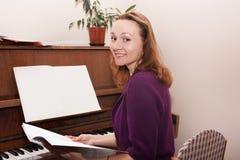 妇女和钢琴在守旧派 免版税库存图片
