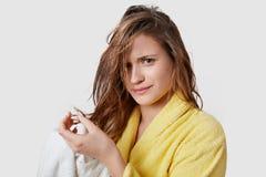 妇女和问题的头发概念 不快乐的年轻白种人美女有湿头发、牢骚与化妆水或新的香波 免版税库存照片