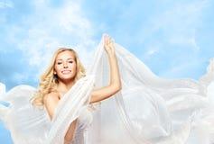 妇女和飞行的丝织物,时装模特儿女孩跳舞布料 免版税库存图片