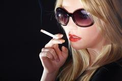 妇女和香烟 免版税库存照片