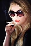 妇女和香烟 免版税库存图片