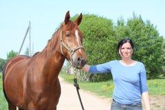 妇女和马纵向 图库摄影