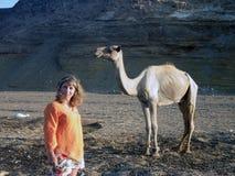 妇女和骆驼 免版税图库摄影