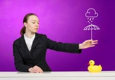 妇女和鸭子 免版税图库摄影