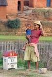 妇女和婴孩路的 免版税库存照片