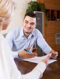 妇女和年轻未婚夫签署的婚姻财产契约 库存照片
