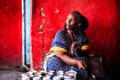 妇女咖啡为游人做准备用一个传统方式 库存图片