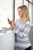 妇女咖啡电话 免版税库存照片