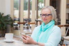 妇女咖啡馆电话 图库摄影