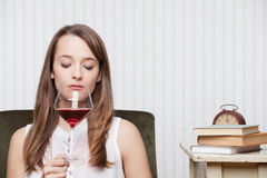 妇女品尝酒 免版税库存照片