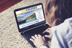 妇女售票由互联网的巡航旅行有膝上型计算机的在家 库存照片