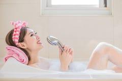 妇女唱在浴缸的歌曲 库存图片