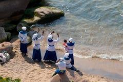 妇女唱歌并且跳舞在海滩在马拉维湖 免版税库存图片