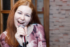 妇女唱歌曲 免版税库存照片