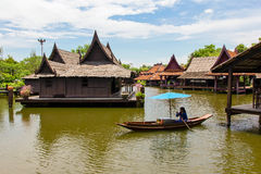 妇女商人桨在浮动市场上 库存照片