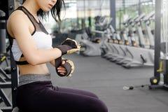 妇女商品在健身健身房的健身手套 免版税库存图片